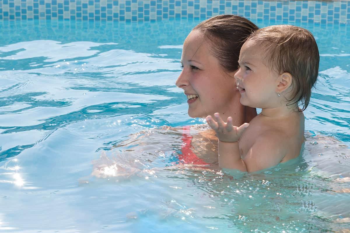 Moeder en baby in zwembad