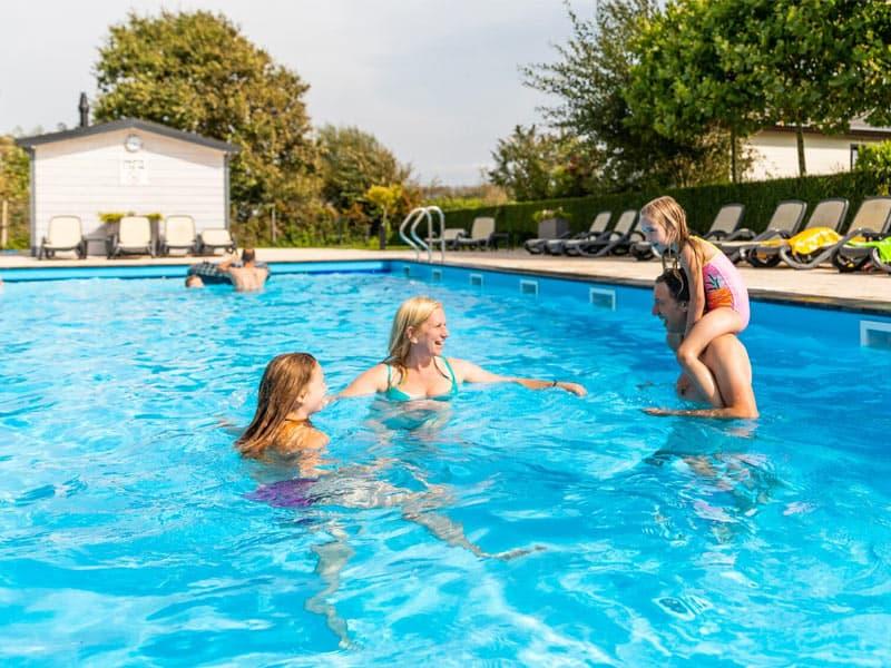 Verwarmd buitenzwembad op EuroParcs de Woudhoeve