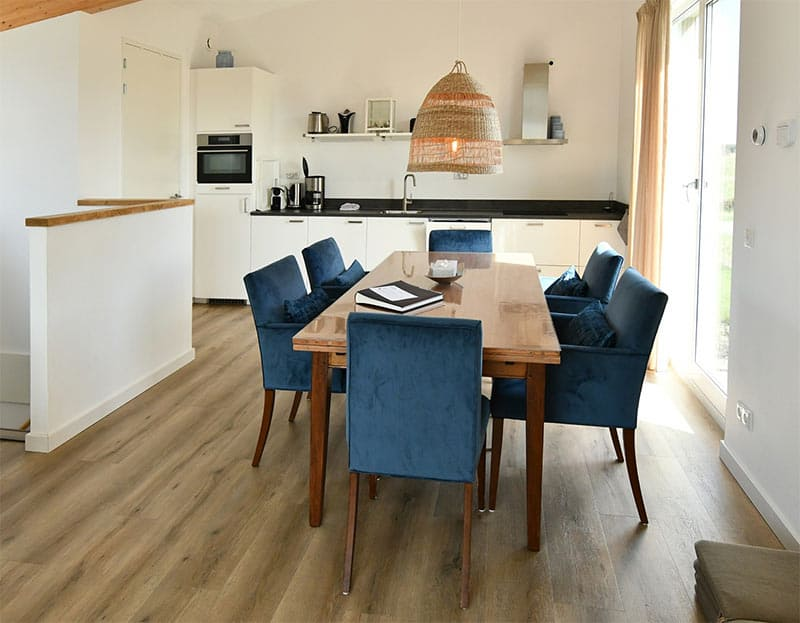 Eettafel en luxe keuken in villa Mistral