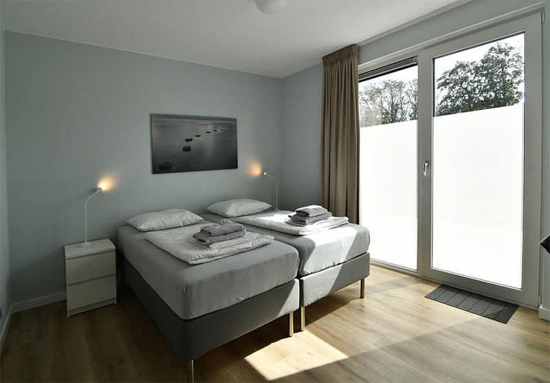 Een van de slaapkamers in villa Mistral