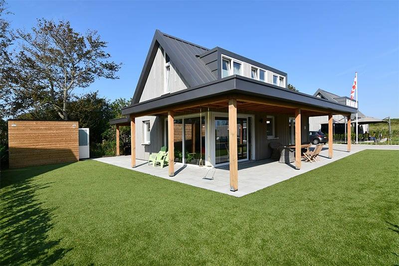 Overdekt terras met schommel bij villa Regal in Zeeland