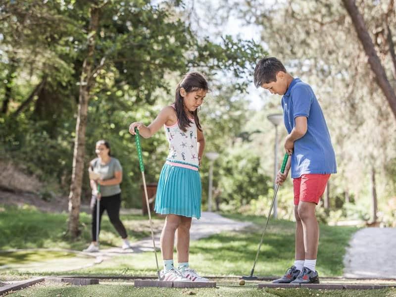 Kinderen kunnen op het park midgetgolfen