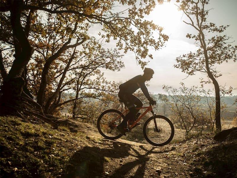 Foto van iemand die aan het mountainbiken is