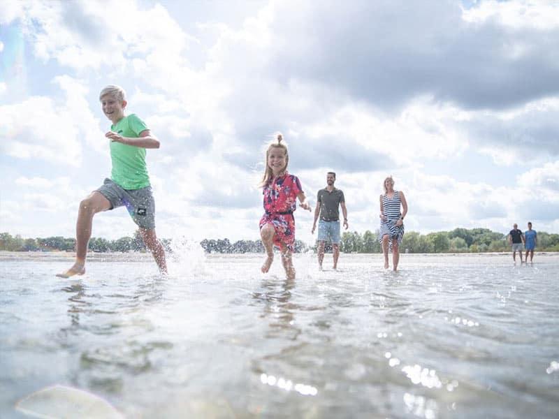 Foto van een gezin op het strand, dit ligt op 7 km van Landal Berger Duinen