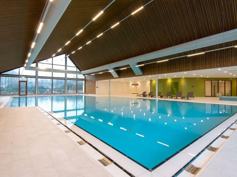 Overdekt zwembad met apart peuterbad