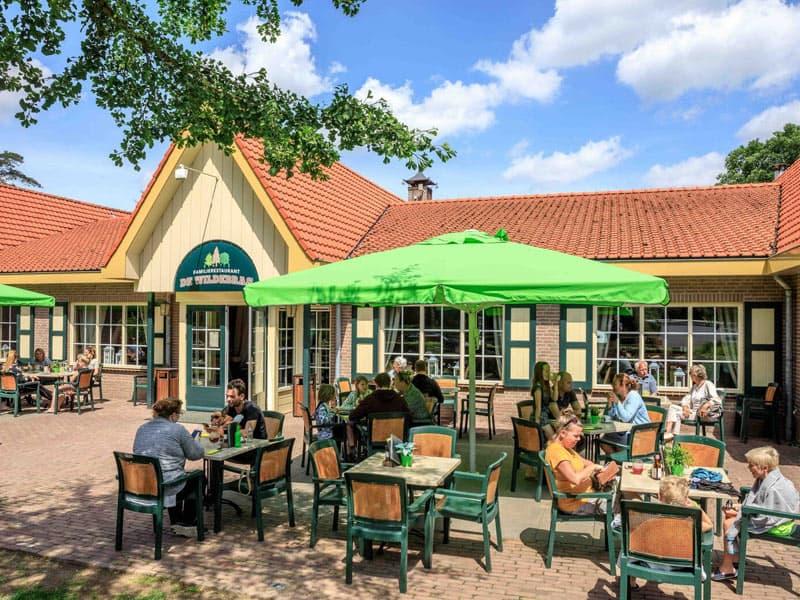 Een foto met het gezellige terras bij het restaurant