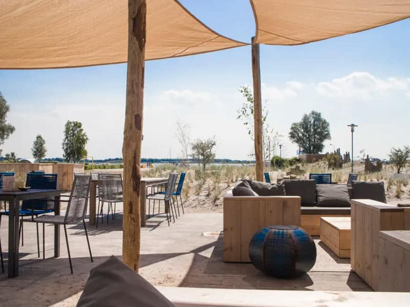Terras met uitzicht op het Veluwemeer bij EuroParcs Resort Zuiderzee