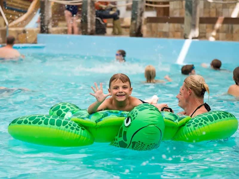 Een jongen in het zwembad