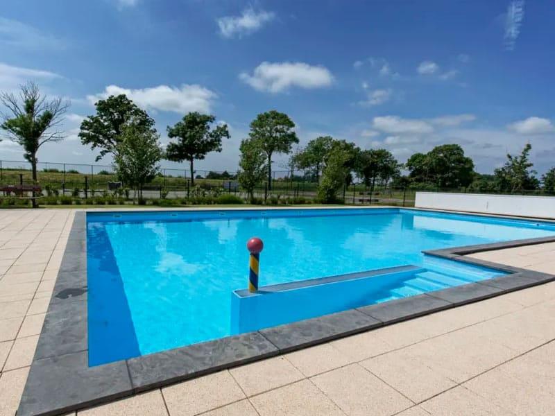 Impressie van het buitenzwembad op het resort