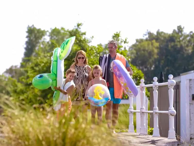 Sfeervoto van familie die naar het strand op EuroParcs Resort Veluwemeer gaat