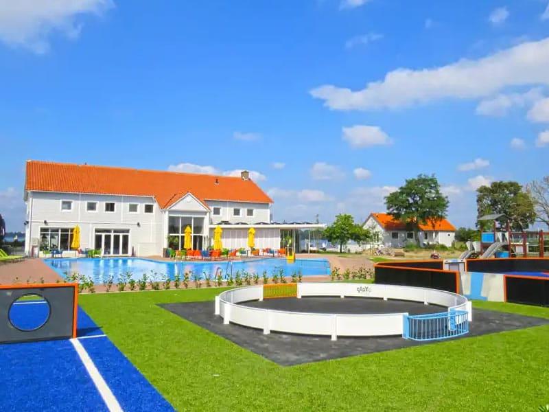Impressie van het zwembad en sport- en speelvelden