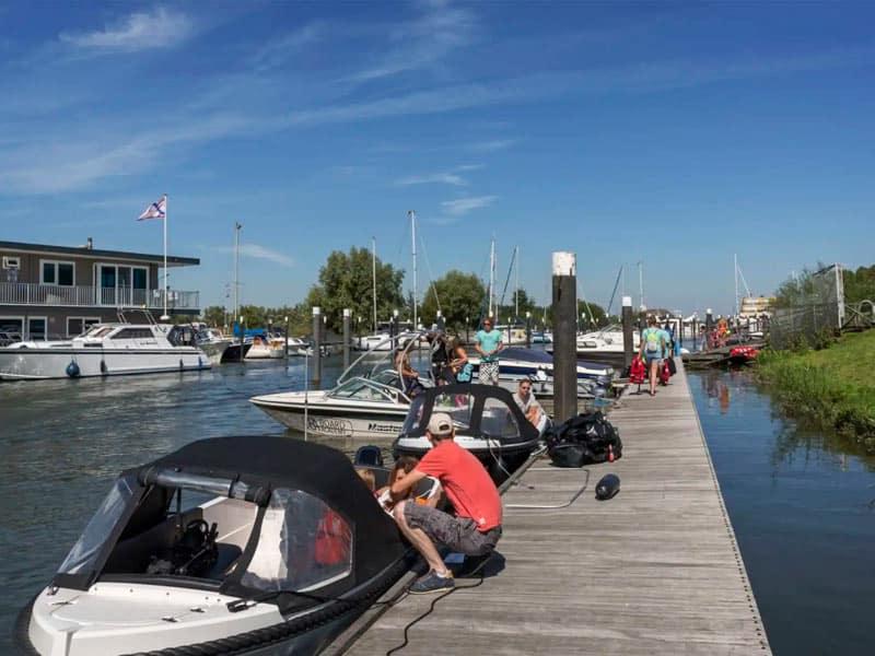 Impressi8e van de haven bij EuroParcs Resort De Biesbosch in Dordrecht